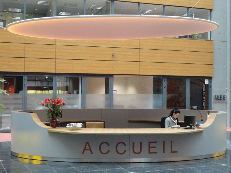 banque d accueil de l atrium la fabrique. Black Bedroom Furniture Sets. Home Design Ideas